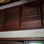 繊細に作りこまれた欄間の神棚用格子戸