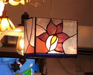 花のパーツをどちらかで買っていて、それを使ってランプにされました。ガラスカットもして大変でしたが灯りをつけたら嬉しいですね。